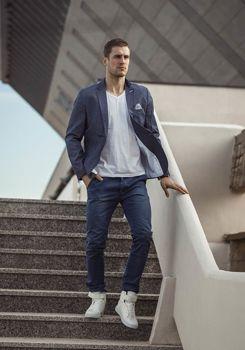 Stylizace č. 189 - ležérní sako, tričko bez potisku, chino kalhoty, tenisky