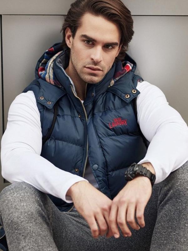Stylizace č. 336 - hodinky, vesta s kapucí, tričko s dlouhým rukávem, jogger kalhoty