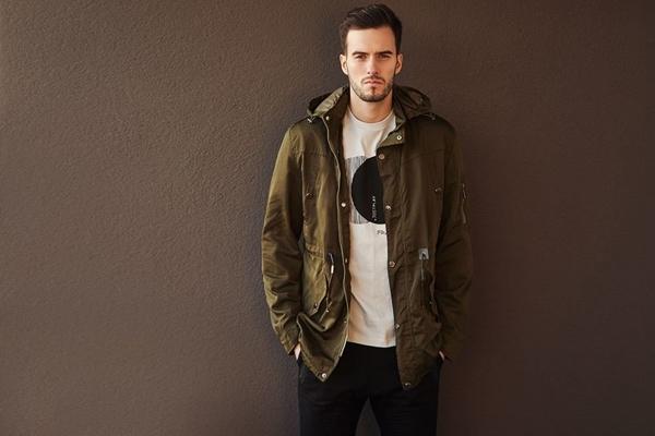 Stylizace č. 426 - přechodová bunda, tričko s potiskem, jogger kalhoty