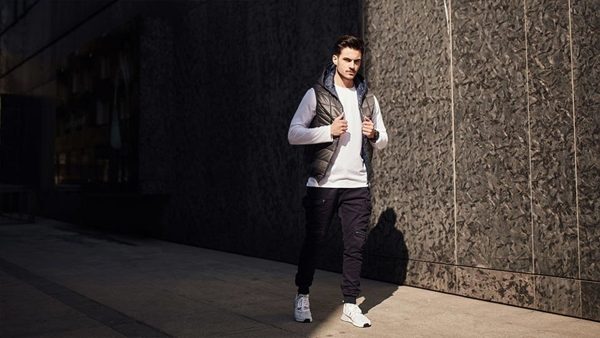 Stylizace č. 434 - prošívaná vesta, tričko s dlouhým rukávem, džínové jogger kalhoty