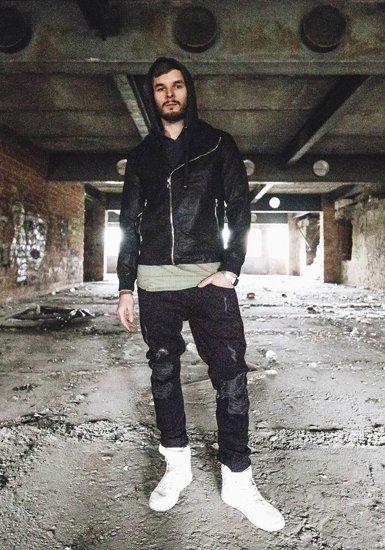 Stylizace č. 182 - kožená bunda, tričko s kapucí, jogger kalhoty, tenisky