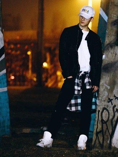 Stylizace č. 83 - kožená bunda, flanelová košile, tričko, džíny, tenisky