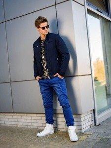 Stylizace č. 213 - přechodná bunda, tričko s potiskem, džínové chino kalhoty, obuv